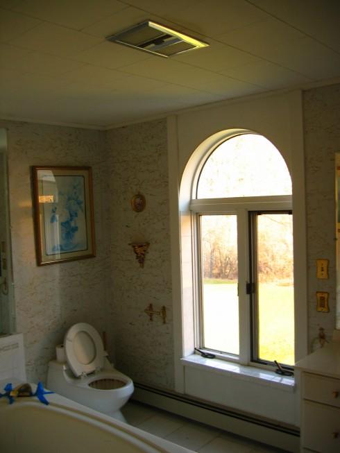 Old, ugly bathroom
