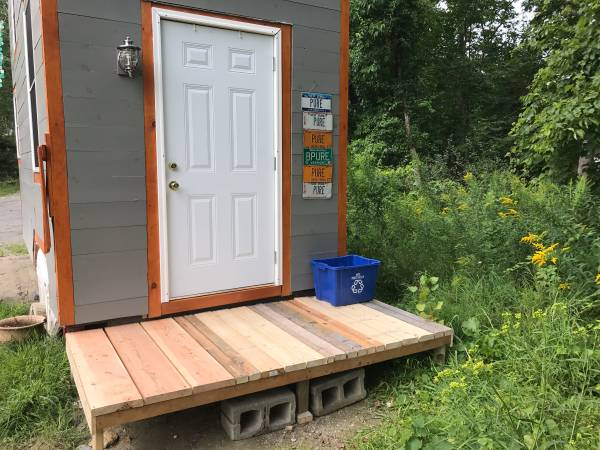 Here S A Tiny House On Wheels With Lots Of Amenities In